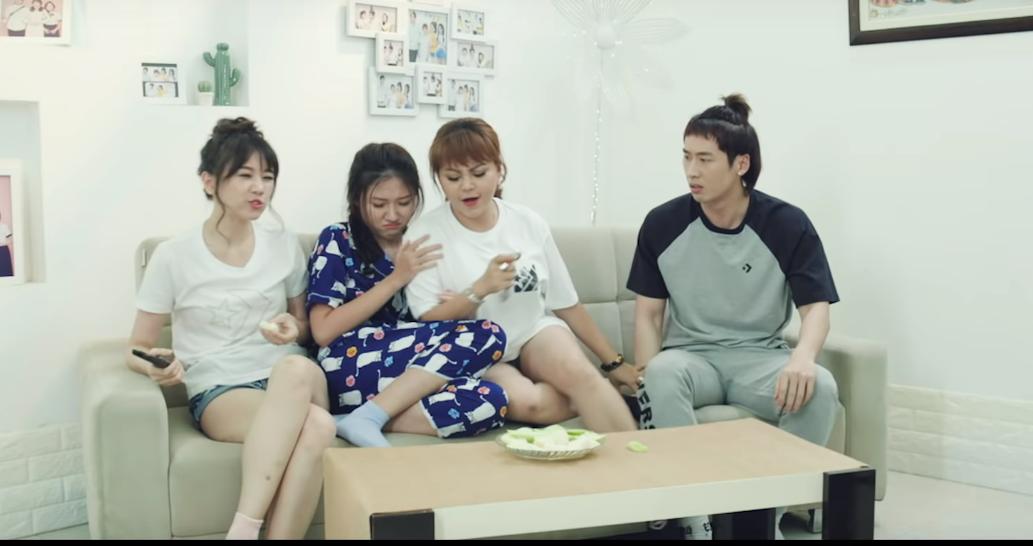 """Sau màn """"ném áo ngực khó đỡ"""", Hari Won tiếp tục """"vô duyên"""" trong Gia đình Mén"""