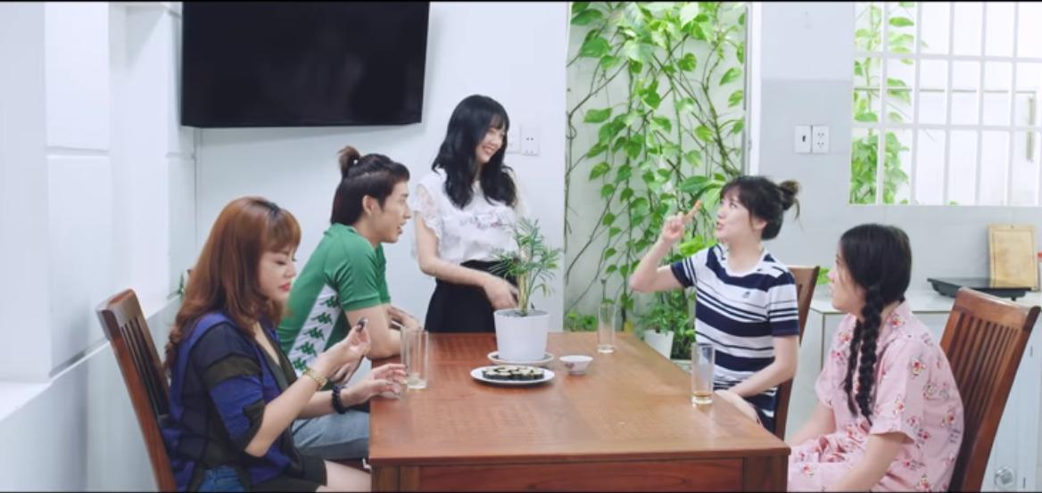 Xem xong 4 tập Gia đình Mén, cư dân mạng tâm đắc: Hari Won và Tuấn Trần xuất hiện ở đâu, ở đó thành cái chợ!