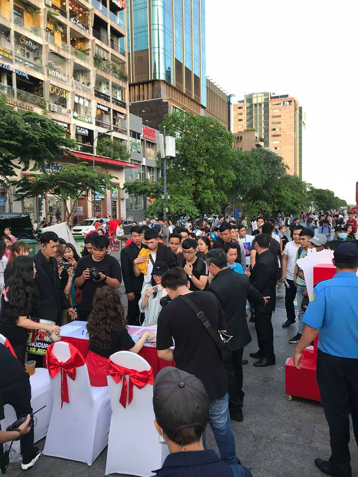 Hương Tràm được fan nam tỏ tình tại Phố đi bộ Nguyễn Huệ
