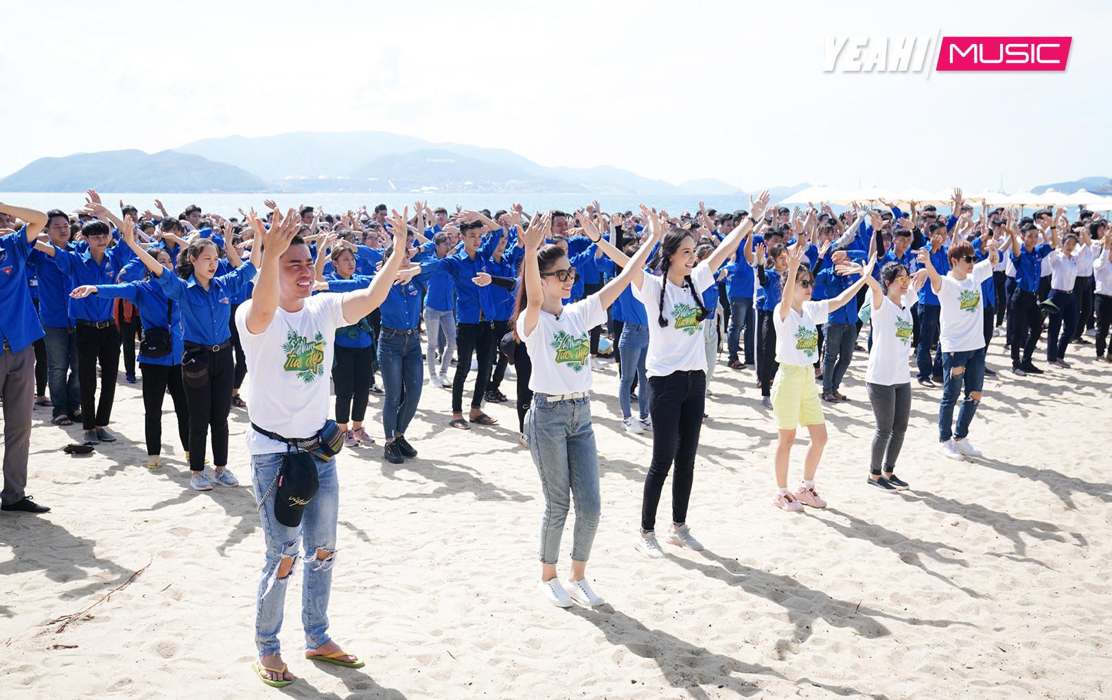 Lâm Vỹ Dạ, Gin Tuấn Kiệt, Dương Lâm, Puka được Mai Phương Thúy và 1.000  học sinh, sinh viên bất ngờ nhảy flashmob chào đón tại bãi biển
