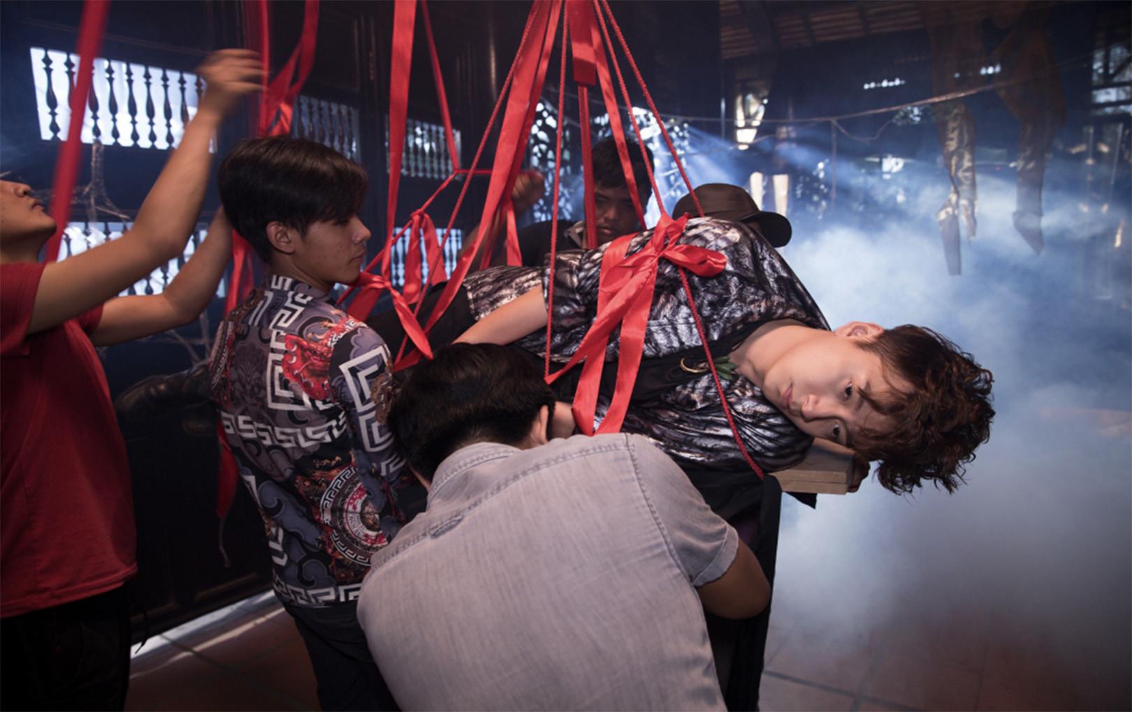 Hé lộ hình ảnh hậu trường MV Truyền Thái Y, Ngô Kiến Huy bị đạo diễn Đinh Hà Uyên Thư buộc và treo lơ lửng