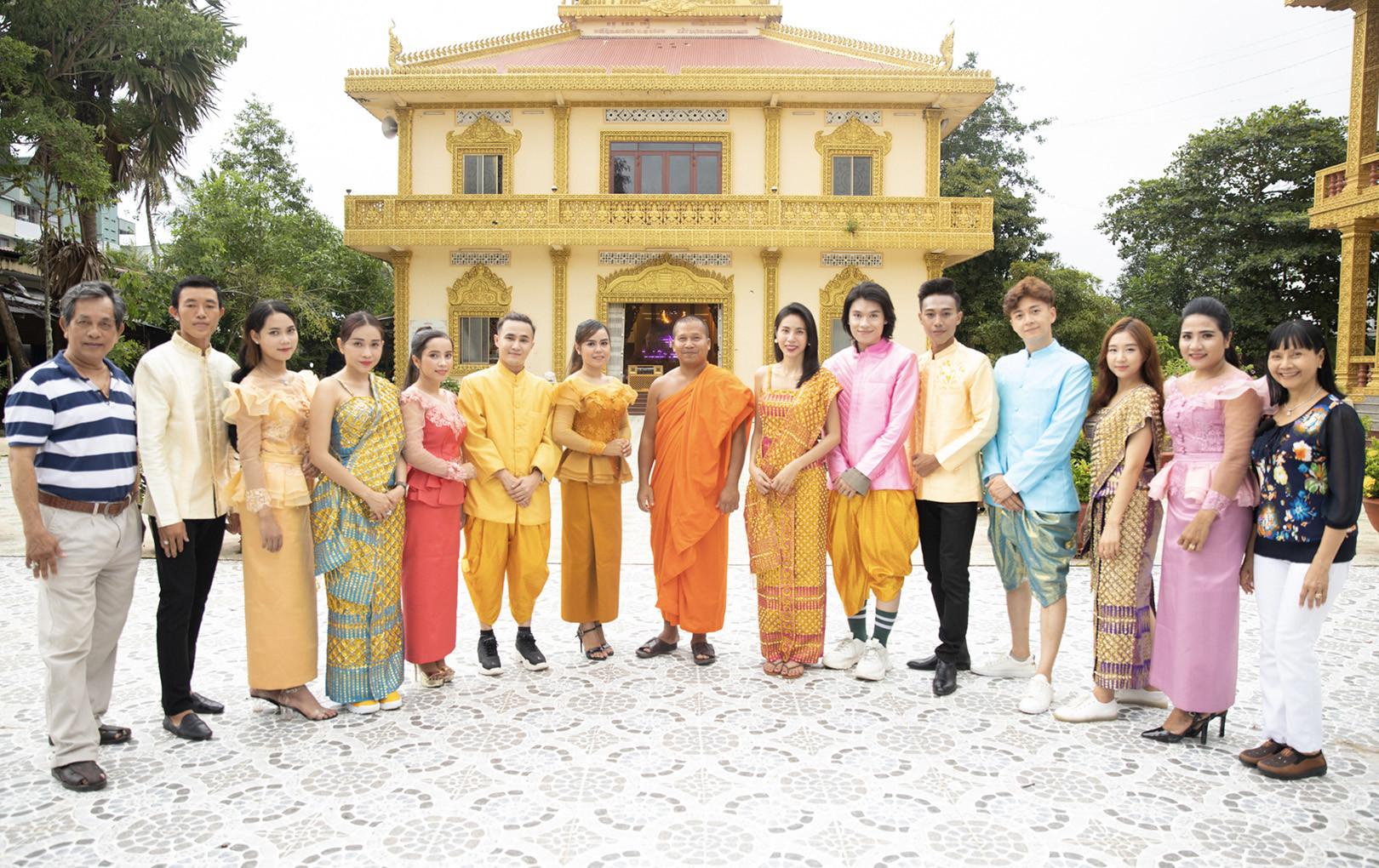 Thủy Tiên, Ngô Kiến Huy, Quang Trung, Khả Như, Huỳnh Lập xinh đẹp  trong trang phục dân tộc, vui nhộn học múa Khmer