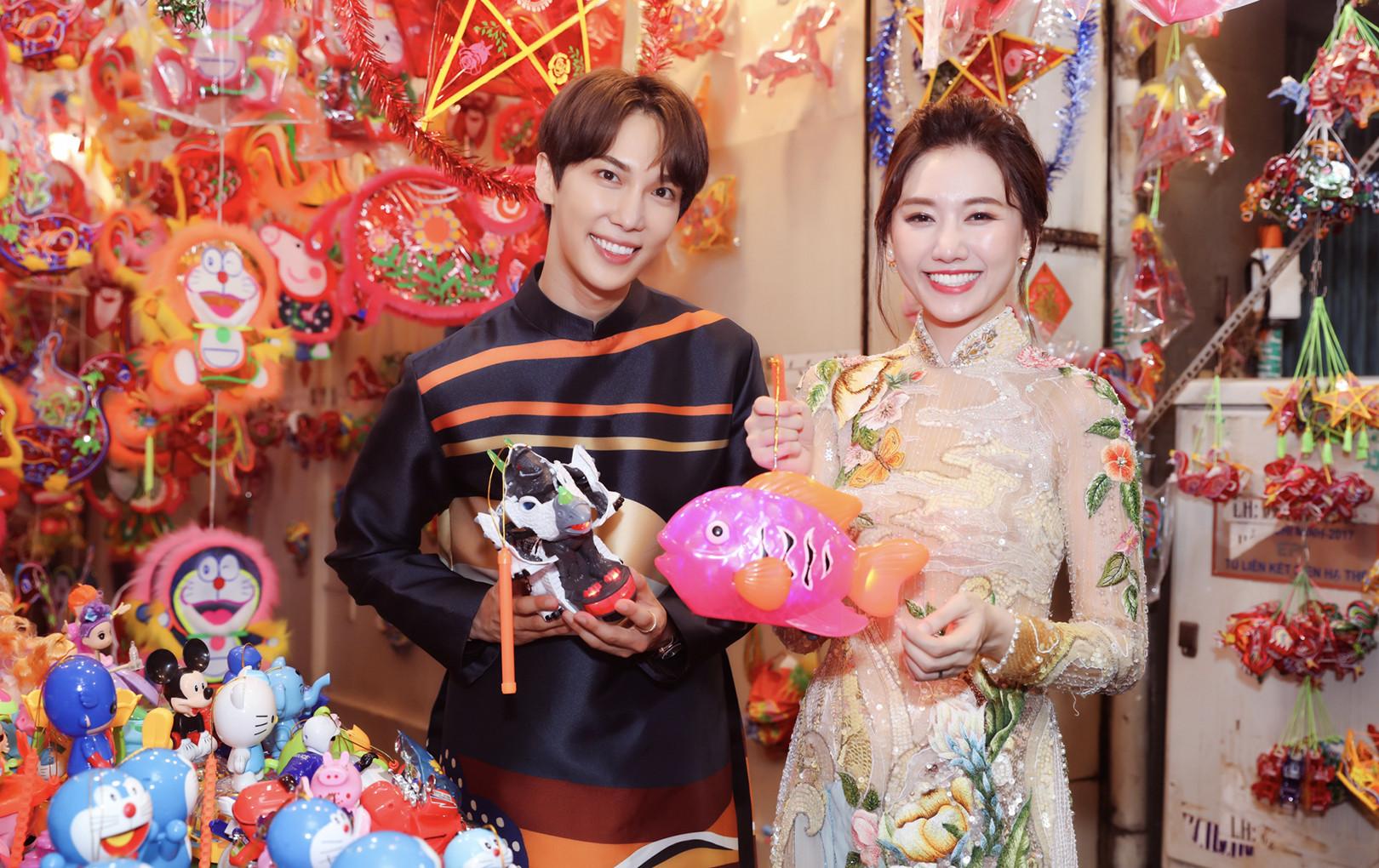 Park Jung Min lần đầu diện áo dài tháp tùng Hari Won đón Trung Thu