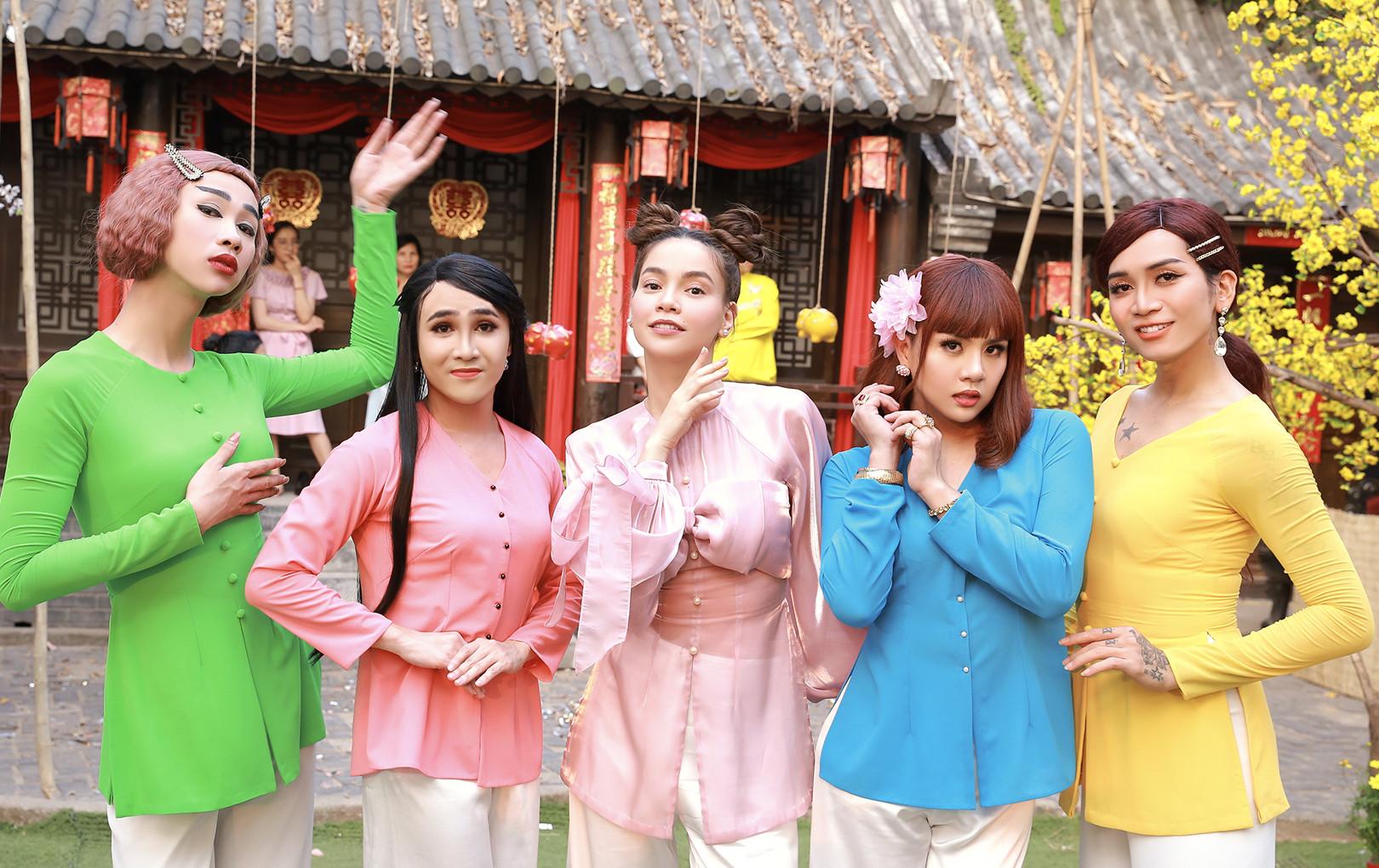 Huỳnh Lập mặc áo bà ba, nền nã bán dưa hấu trong hội chợ xuân nhân dịp Tết 2020