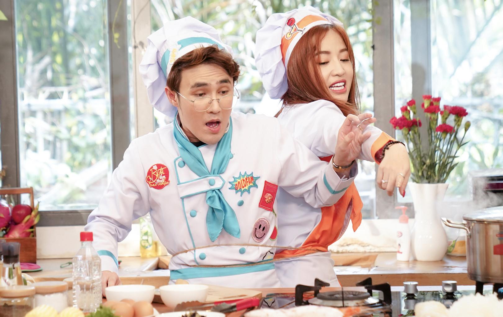 Puka, Huỳnh Lập bị trúng lời nguyền dính lẹo vào nhau để nấu ăn