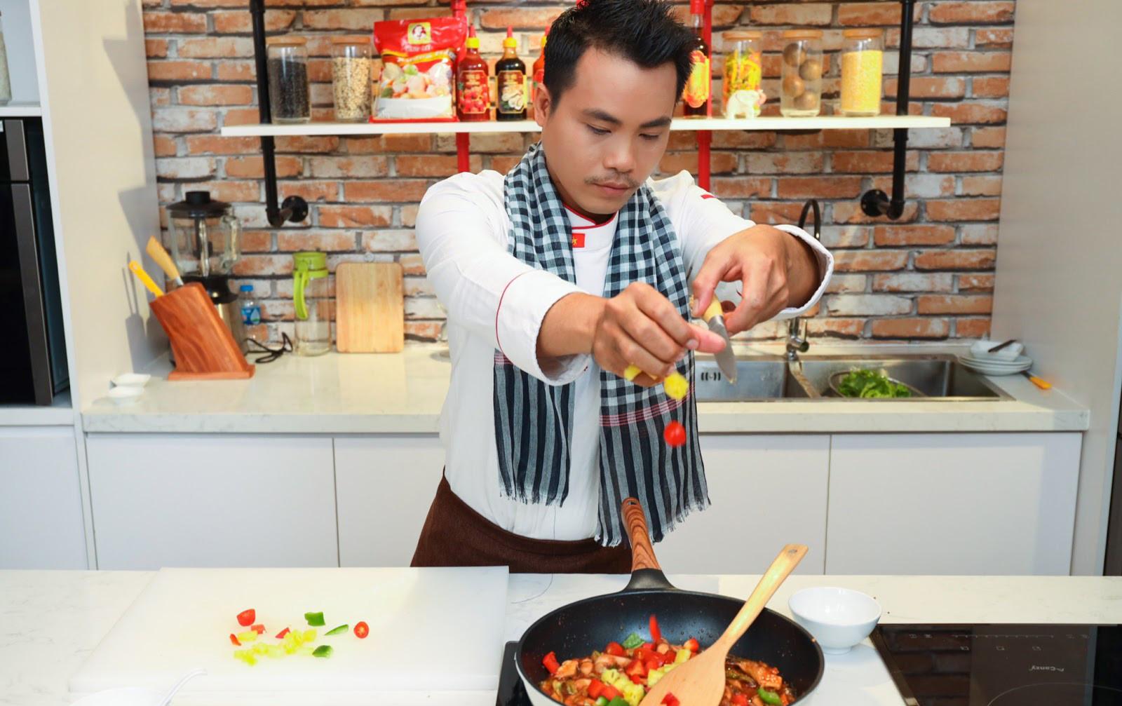 """Học đầu bếp Lê Hoàng Kha mẹo chế biến món hoa thanh long xào nấm mối chua ngọt ngon """"thần sầu"""""""