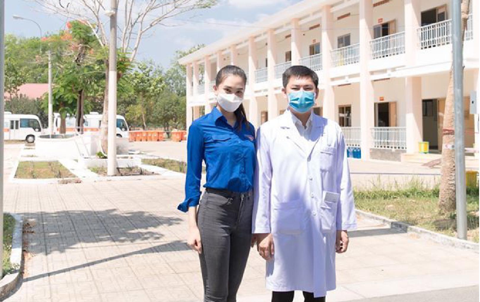 Hoa hậu Trần Tiểu Vy đến khu cách ly trao quà tặng 400 triệu đồng