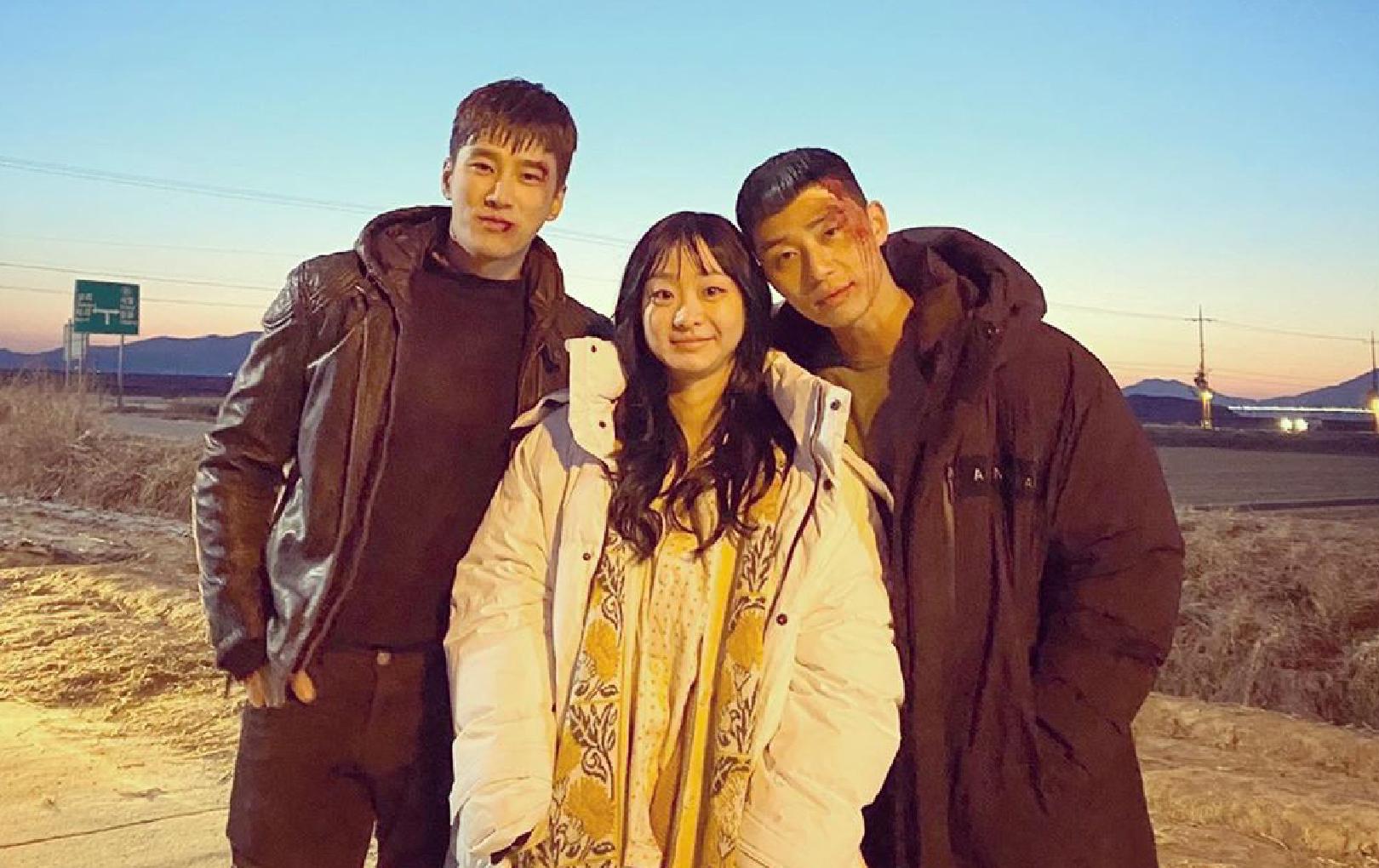 """Dàn cast """"Itaewon Class"""" cùng chụp hình kỷ niệm tập cuối, cặp Park Seo Joon và Kim Da Mi sao """"dính như sam"""" thế này?"""