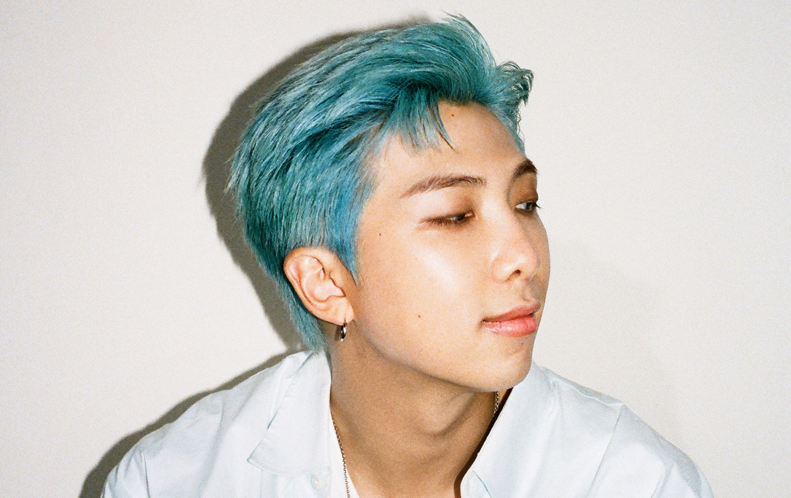 RM (BTS) bị nghi hẹn hò vì ... lén giấu nhẫn trước khi lên sóng truyền hình