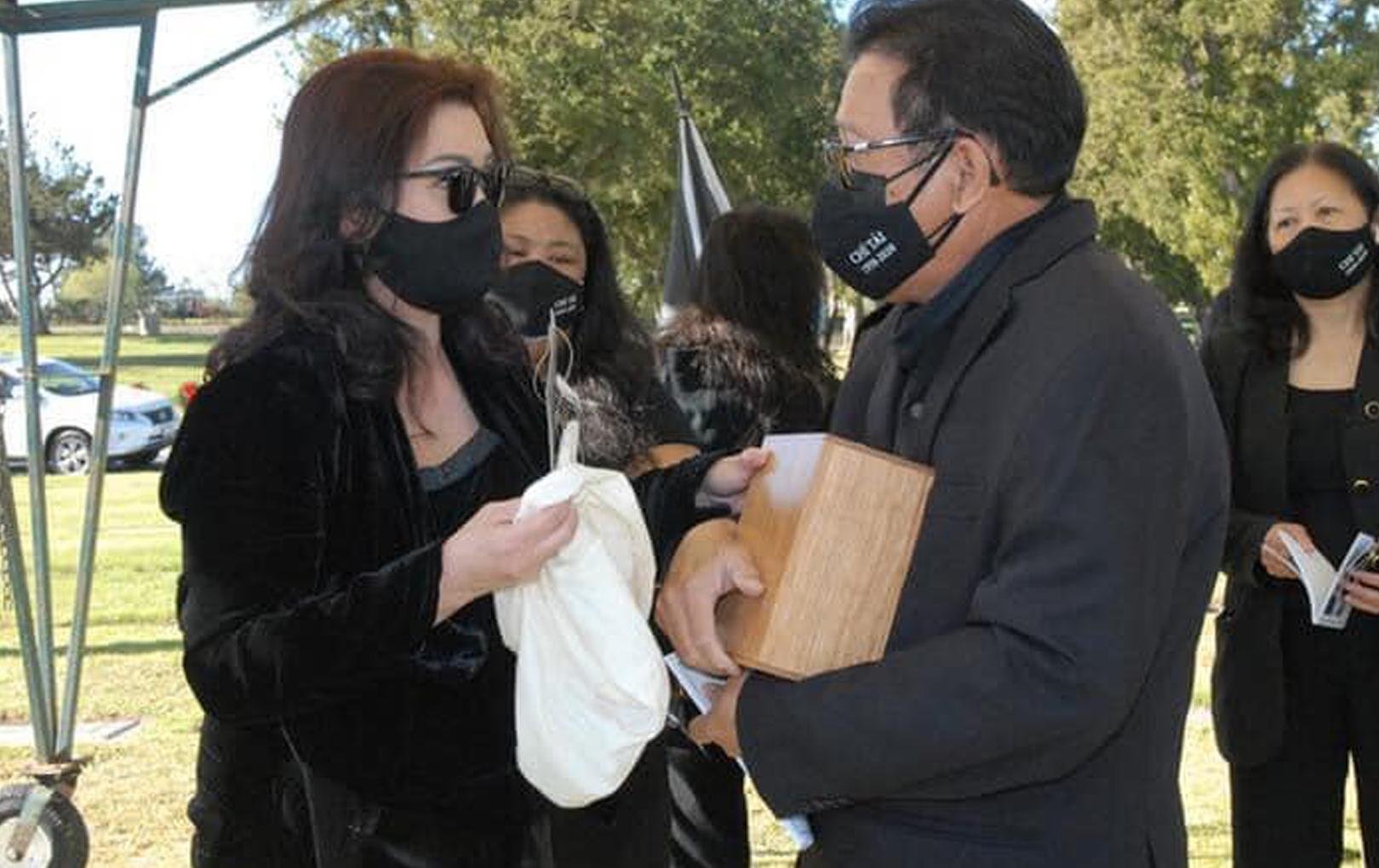 Xúc động hình ảnh vợ cố NS Chí Tài ôm tro cốt, lặng lẽ an táng chồng tại nghĩa trang