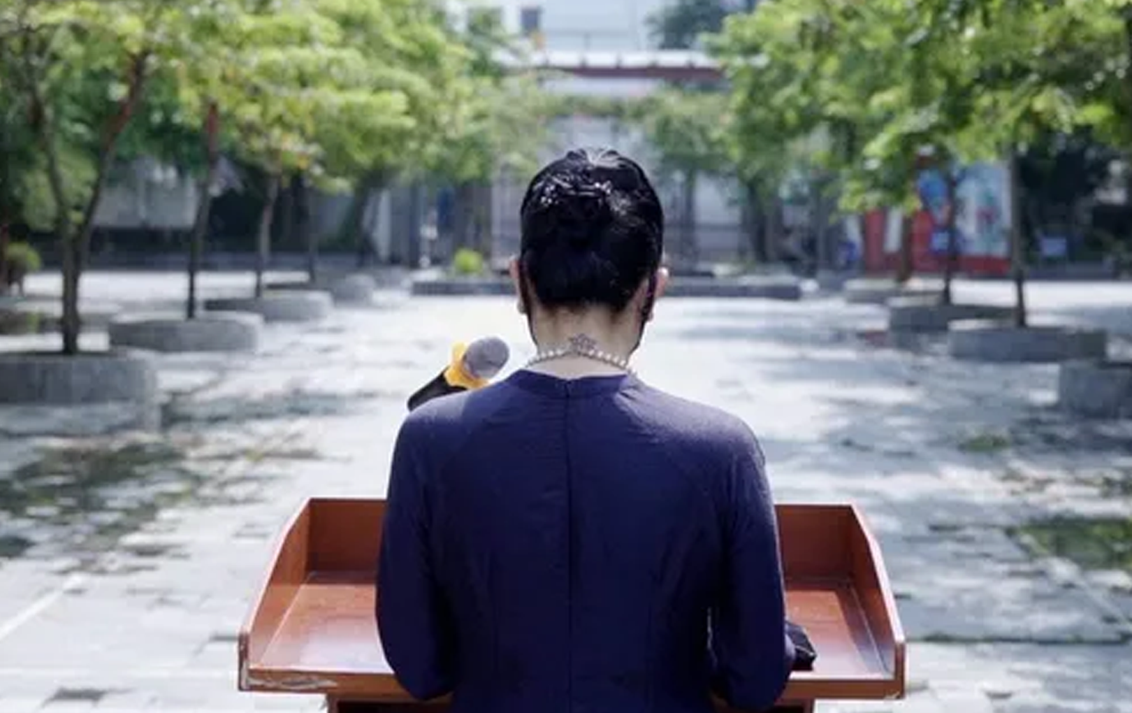 Gây tranh cãi về hình xăm trên cổ trong bức ảnh lễ khai giảng đặc biệt, cô Văn Thùy Dương nói gì?