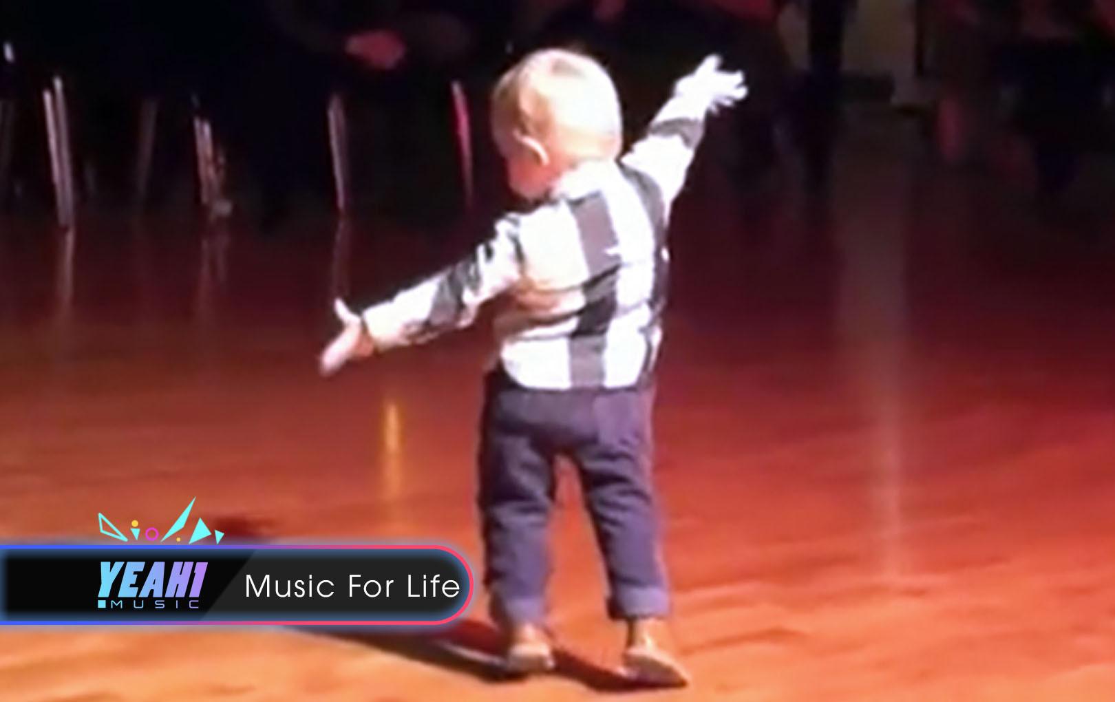 Cậu bé 2 tuổi bước ra sân khấu nhảy điệu Jive cực đáng yêu khiến khán giả vô cùng phấn khích
