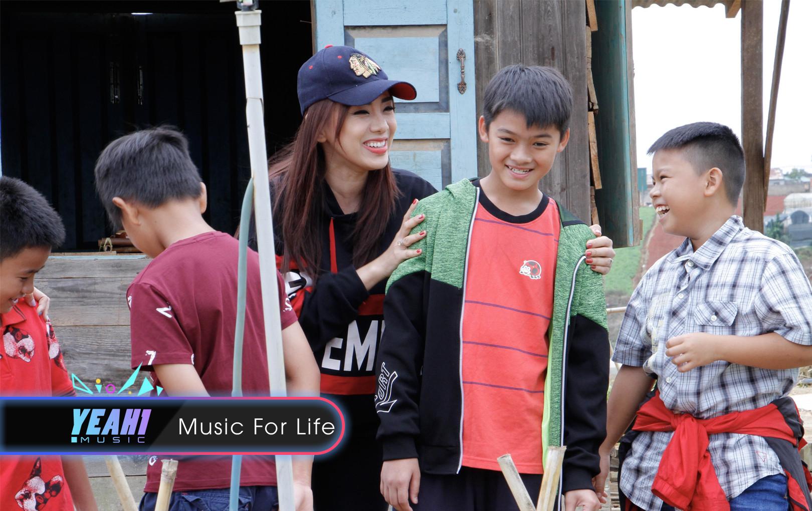 Miko Lan Trinh ngượng đỏ mặt vì món quà hết sức bất ngờ của các cầu thủ nhí 2018