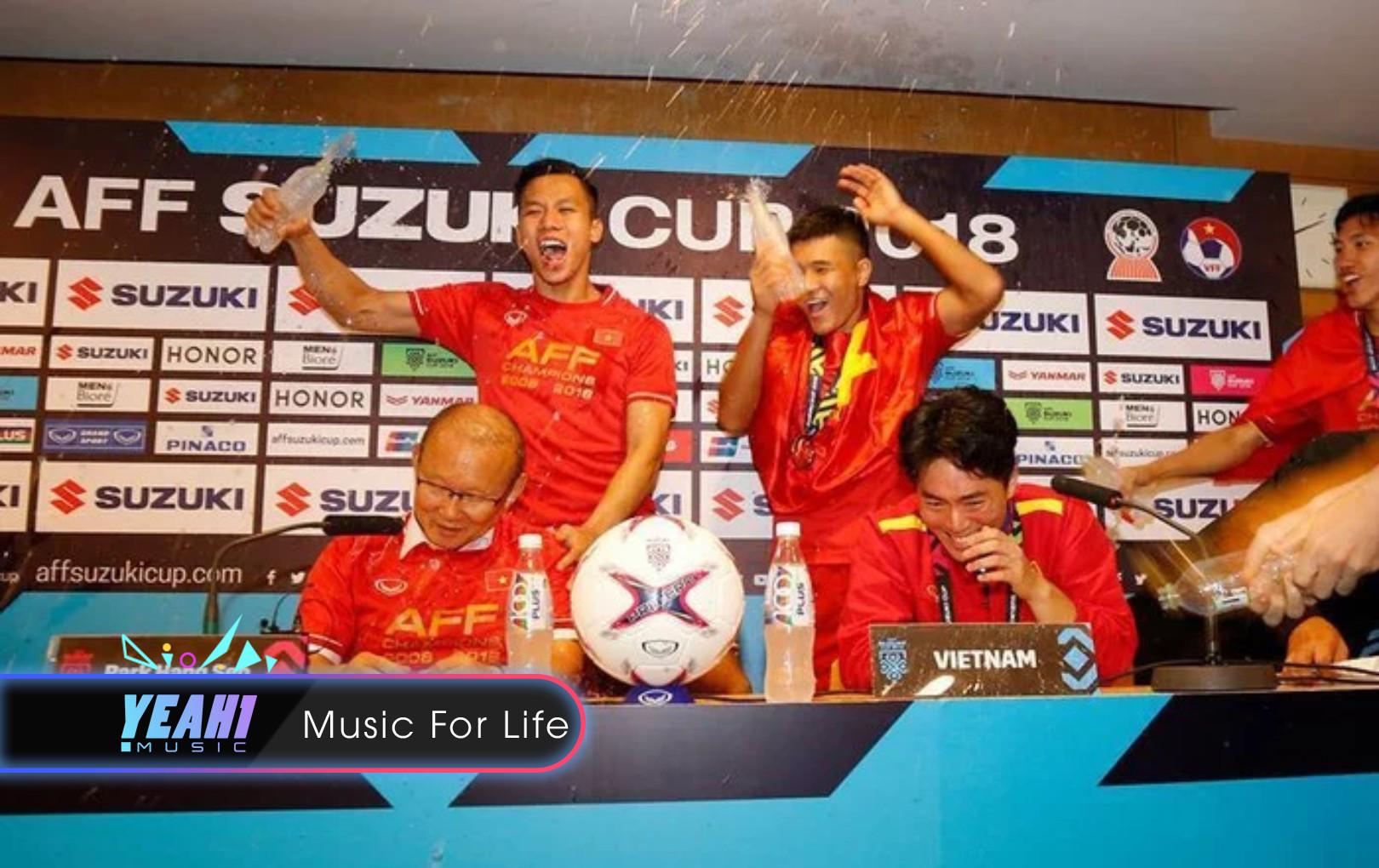 HLV Park Hang-Seo bị học trò dội nước lên đầu giữa phòng họp báo sau chức vô địch AFF Cup