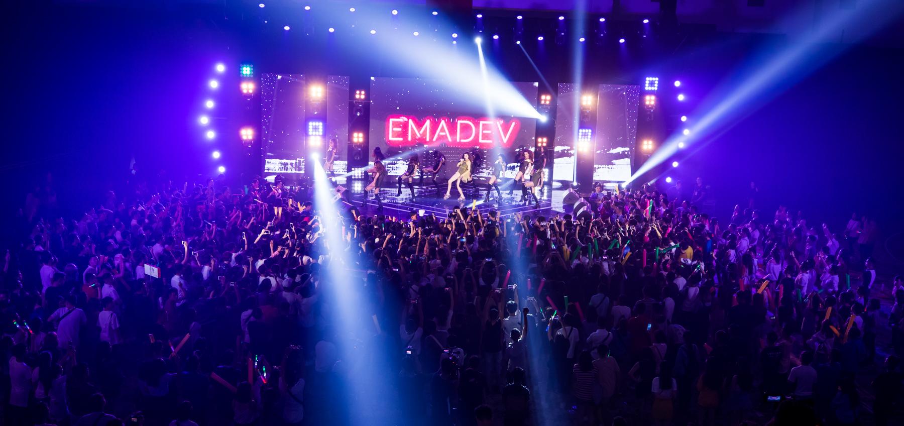 Hồ Ngọc Hà nhảy và hát đầy máu lửa cháy hết mình phục vụ hơn 3000 khán giả trong Fan Party lớn nhất từ trước đến nay