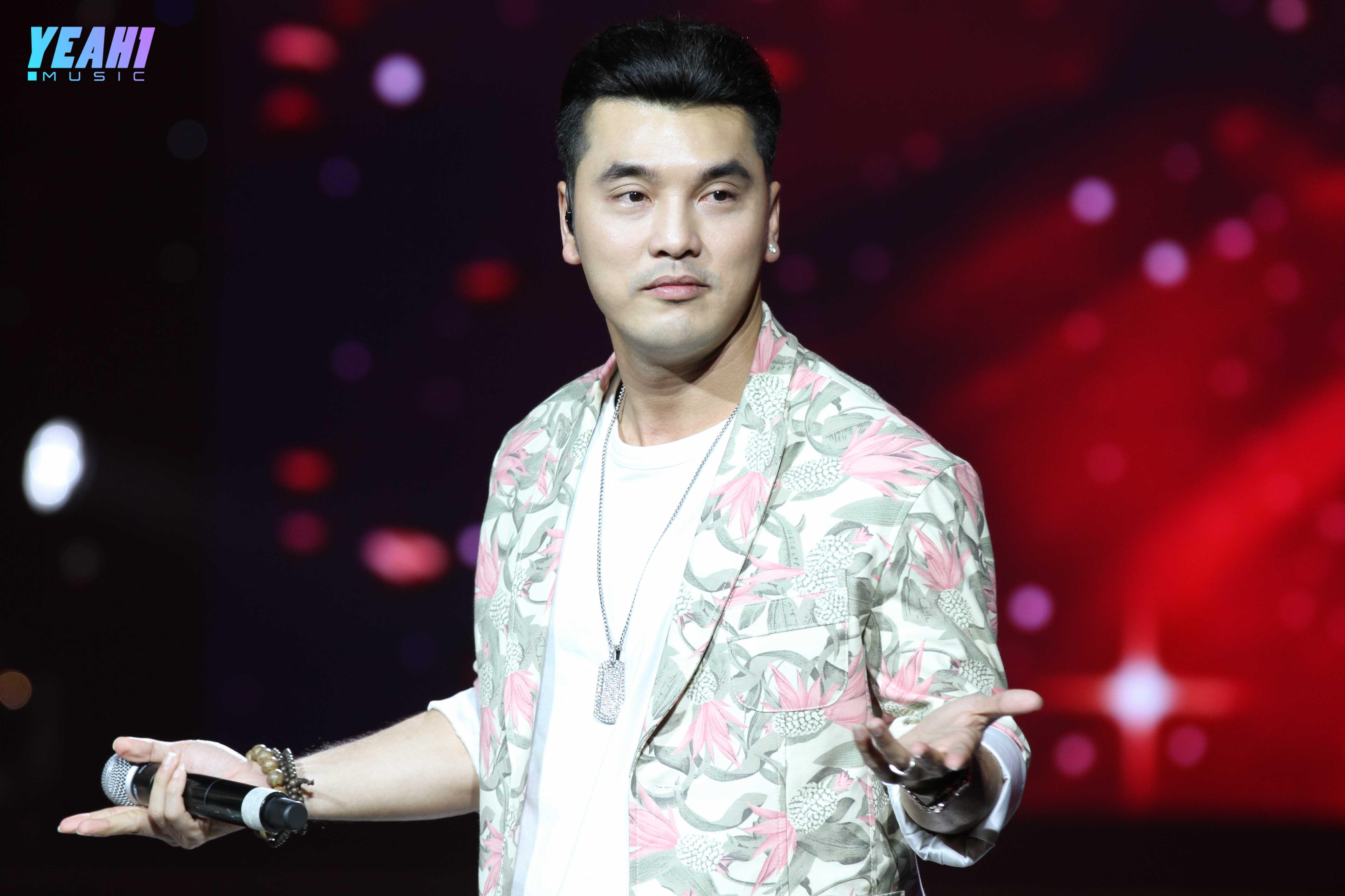 Ưng Hoàng Phúc xuất hiện bất ngờ, remix hit cũ đầy sôi động trên sân khấu V Heartbeat