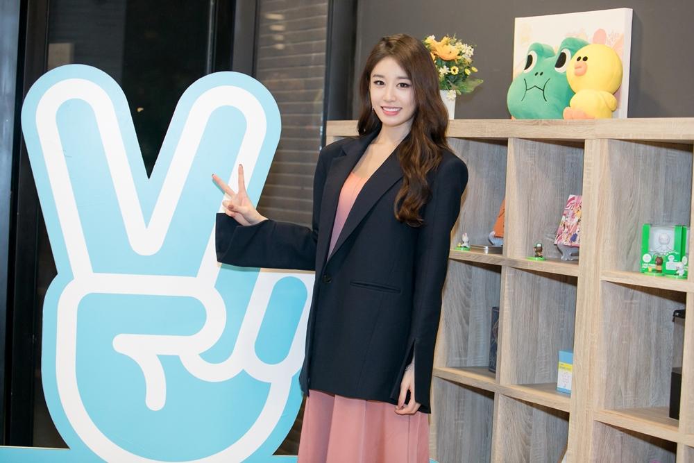 """Ji Yeon thử bánh Việt Nam khi làm khách mời tại V Heartbeat Weekly, bất ngờ khi """"Đẹp nhất là em"""" lên ngôi đầu BXH"""