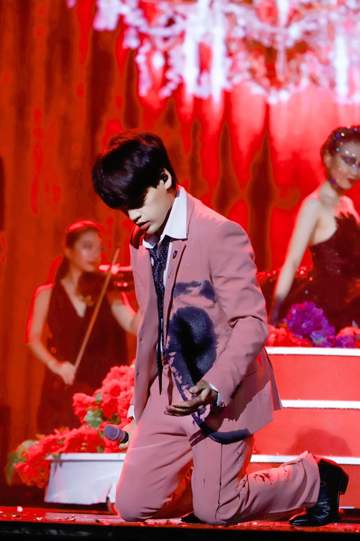 """Nguyễn Trần Trung Quân đau đớn vì bị đâm trên sân khấu khi biểu diễn """"Màu nước mắt"""""""