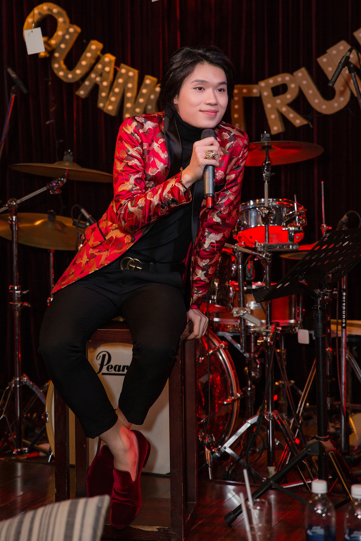 Tây phi Quang Trung chinh phục khán giả với khả năng hát tiếng Anh cực chuẩn