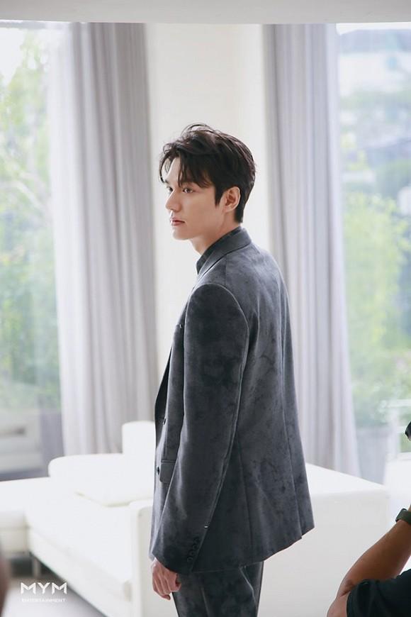 Lee Min Ho gây choáng với loạt ảnh chưa qua chỉnh sửa đẹp như tượng tạc