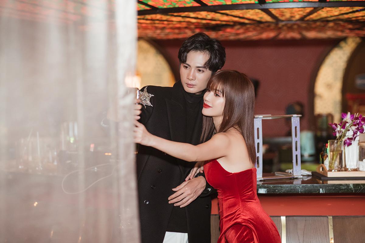 Huỳnh Phương bóp chân, ngồi trông cho Sĩ Thanh ngủ trong hậu trường quay MV mới