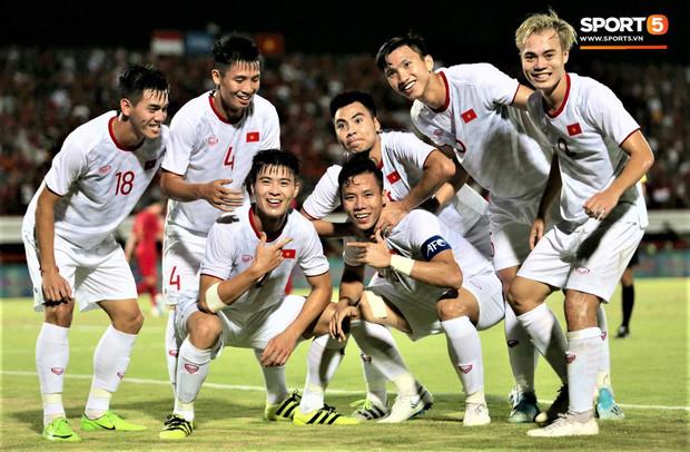 [Trực tiếp vòng loại World Cup 2022] Việt Nam 1-0 UAE (H1): Tiến Linh lập siêu phẩm, đội khách chỉ còn 10 người