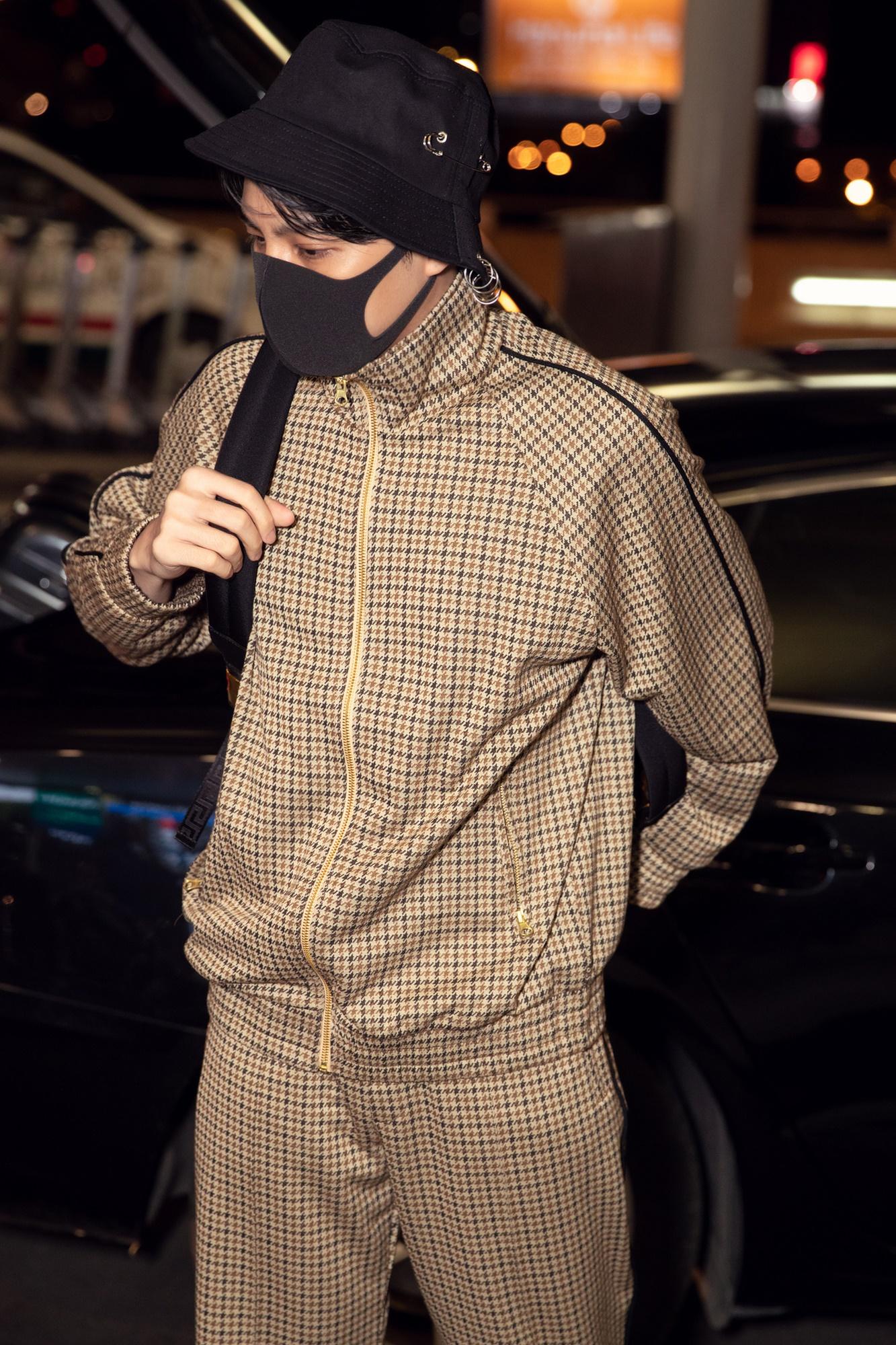 Noo Phước Thịnh diện đồ thời trang, lên đường sang Hàn Quốc vào tối muộn
