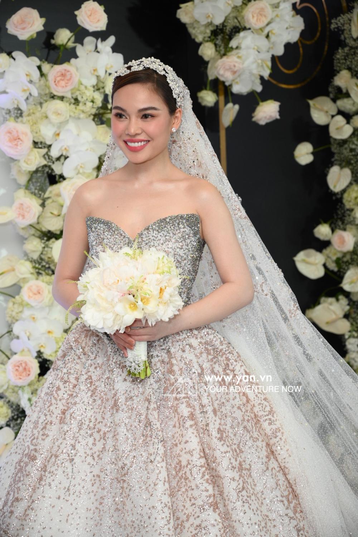 Đám cưới của Giang Hồng Ngọc: Nữ ca sĩ ôm hôn chồng với sự chứng kiến của 2 con