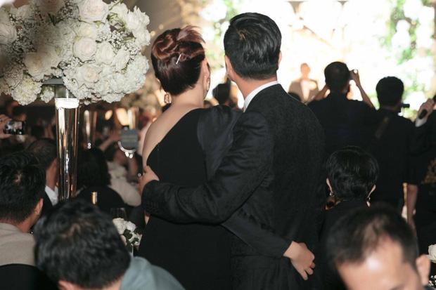Hậu ồn ào chia tay, Hồ Hoài Anh  hôn má Lưu Hương Giang ngọt ngào tại lễ cưới của Giang Hồng Ngọc