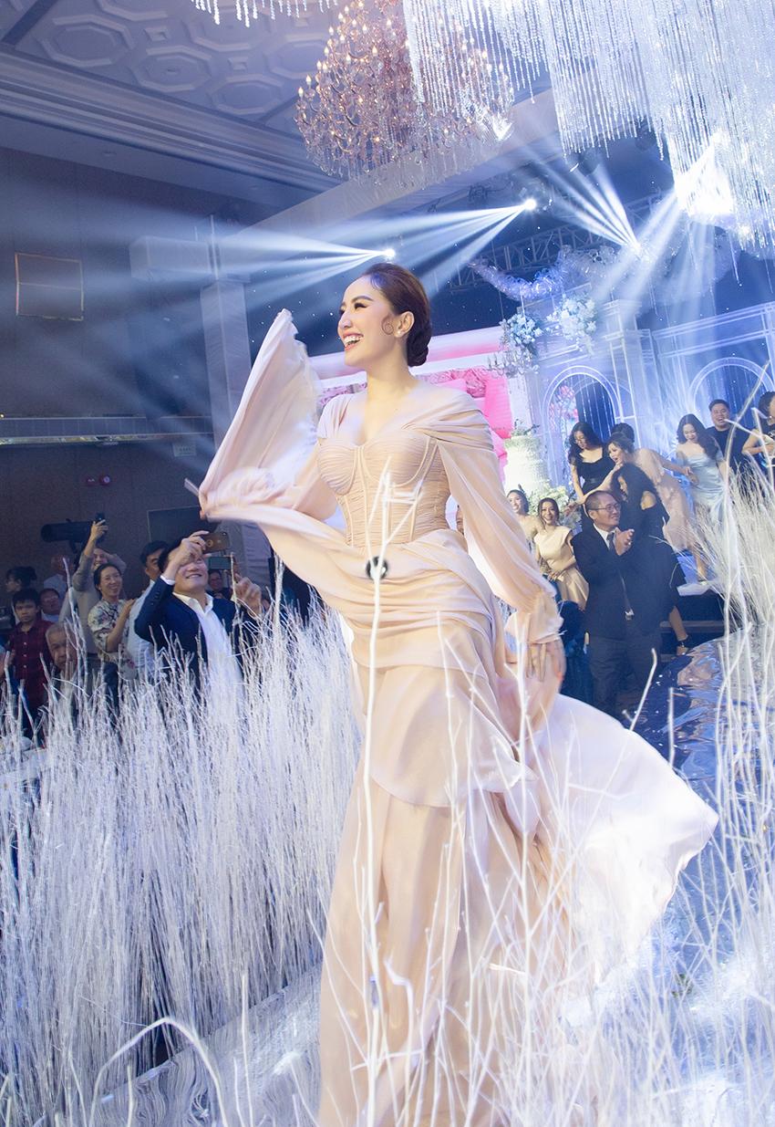 Bảo Thy quẩy cực sung với dàn khách mời, catwalk cùng Quang Vinh trong bộ váy mới