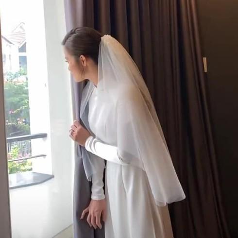 Clip: Đông Nhi lén nhìn Ông Cao Thắng rước dâu, chạy vào hẳn nhà vệ sinh để thấy view rõ hơn