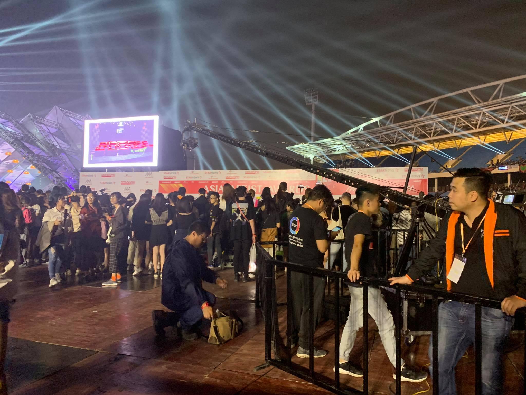 Khán giả AAA 2019 bức xúc khi phải đợi 8 tiếng, quản lý lộn xộn, mua hạng vé đắt nhất vẫn phải ngồi la liệt