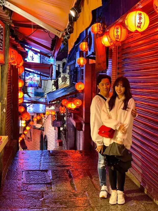 Đi du lịch cùng hội bạn thân, Trấn Thành - Hari Won không quên chụp bộ ảnh đẹp như phim ngôn tình