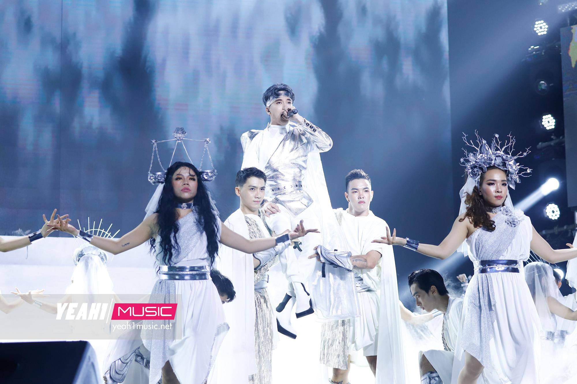 Nguyễn Trần Trung Quân khóa môi Denis Đặng trên sân khấu Tự Tâm, cùng Zico, (G)I-DLE bùng nổ trong show Hàn-Việt