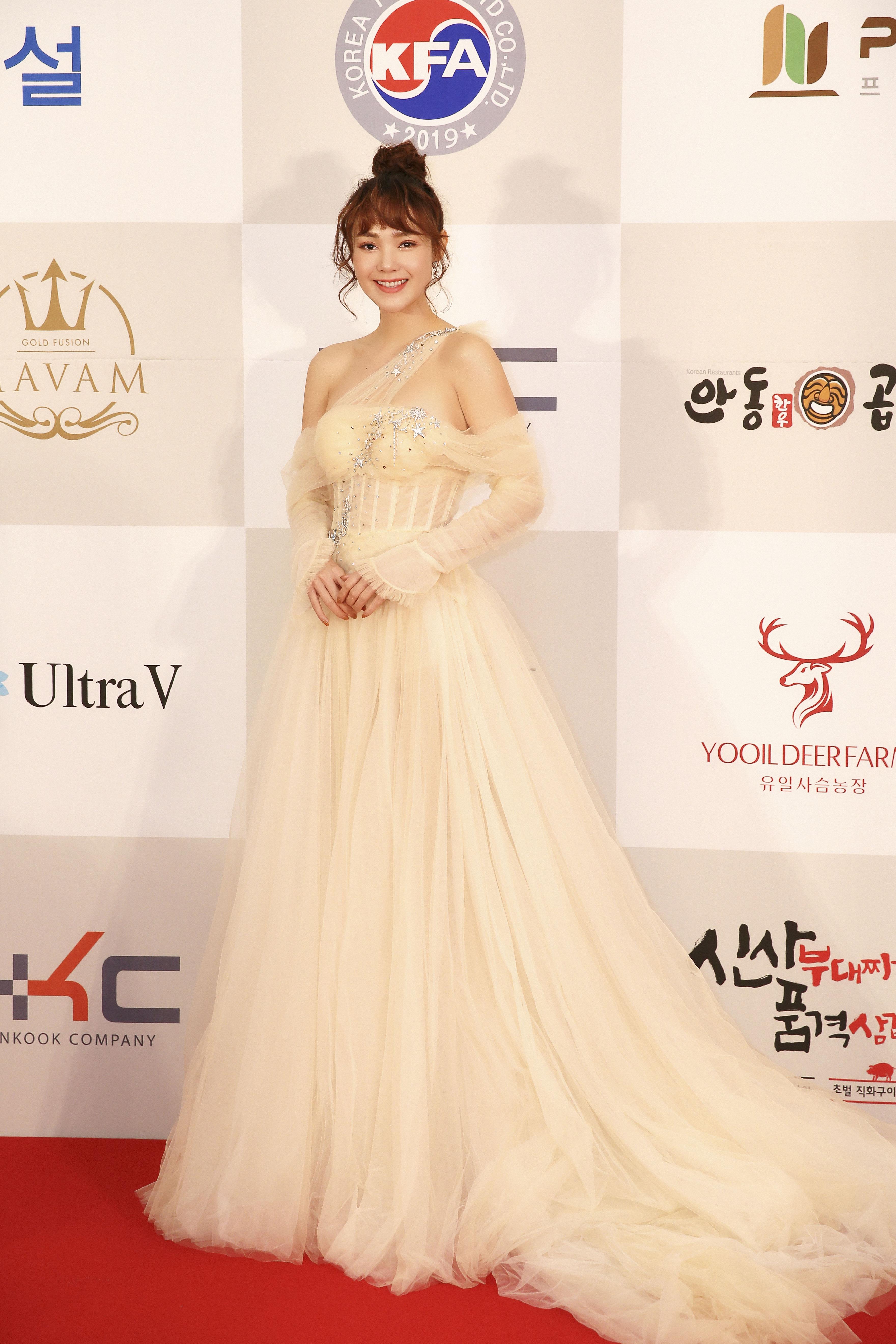 Minh Hằng lộng lẫy như nữ thần, phát biểu tiếng Hàn lưu loát khi nhận giải Nghệ sĩ châu Á xuất sắc tại Hàn Quốc