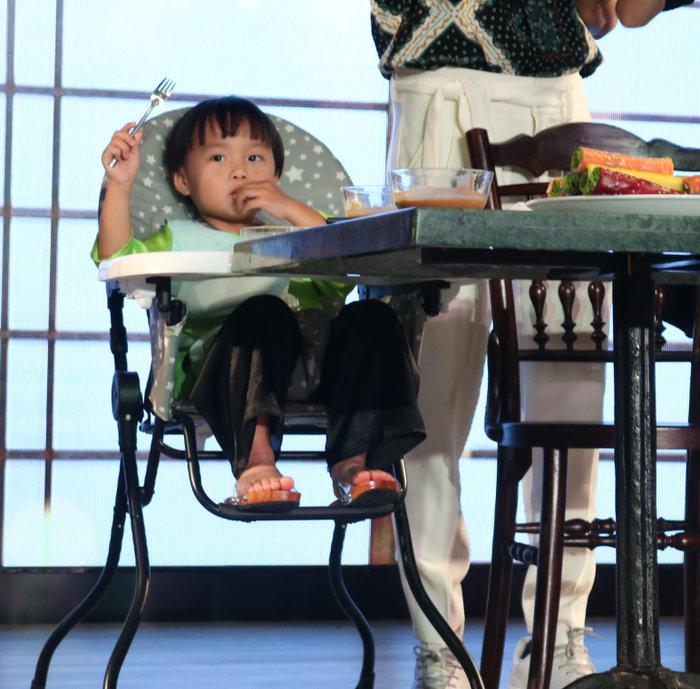 Bé Sa diện áo dài, được mẹ tổ chức sinh nhật sớm trong buổi gặp gỡ người thương