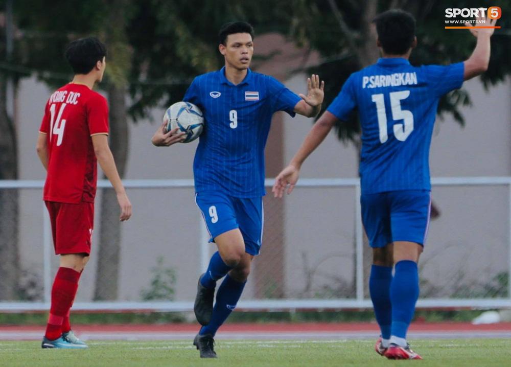 Việt Nam 2-2 Thái Lan: Tiến Linh cứu cánh tình thế bằng pha sút bóng đẹp mắt, ghi 2 bàn thắng khiến tuyển Thái não nề