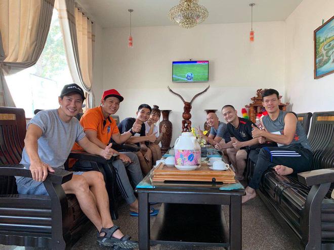 Ngọc Lan, Ngô Kiến Huy đăng status cổ vũ tinh thần các cầu thủ khi theo dõi trận đấu với U22 Thái Lan
