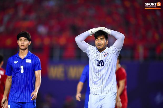 Thủ môn Thái Lan ấm ức về pha đá lại phạt đền trong trận gặp Việt Nam: Trọng tài đã có một quyết định đáng xấu hổ