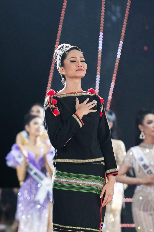 HHen Niê đi chân trần, bật khóc khi trao lại vương miện Hoa hậu Hoàn Vũ Việt Nam