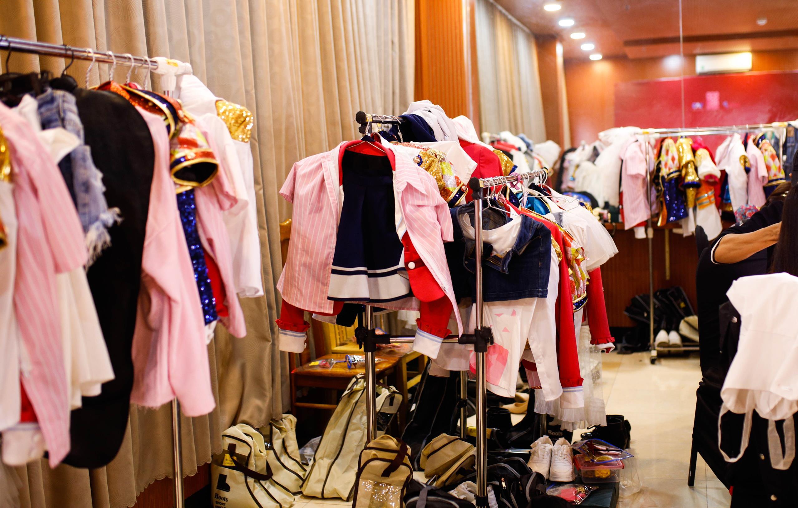 """Nhóm nhạc """"triệu đô"""" chuẩn bị hơn 100 bộ trang phục, 100 đôi giày cho mini show"""