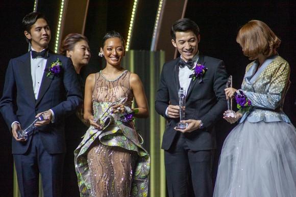 Liên Bỉnh Phát nhận giải Ngôi sao Châu Á mới 2019, BB Trần liền nhắn nhủ: Về sớm nha, mẹ con tôi chờ đó