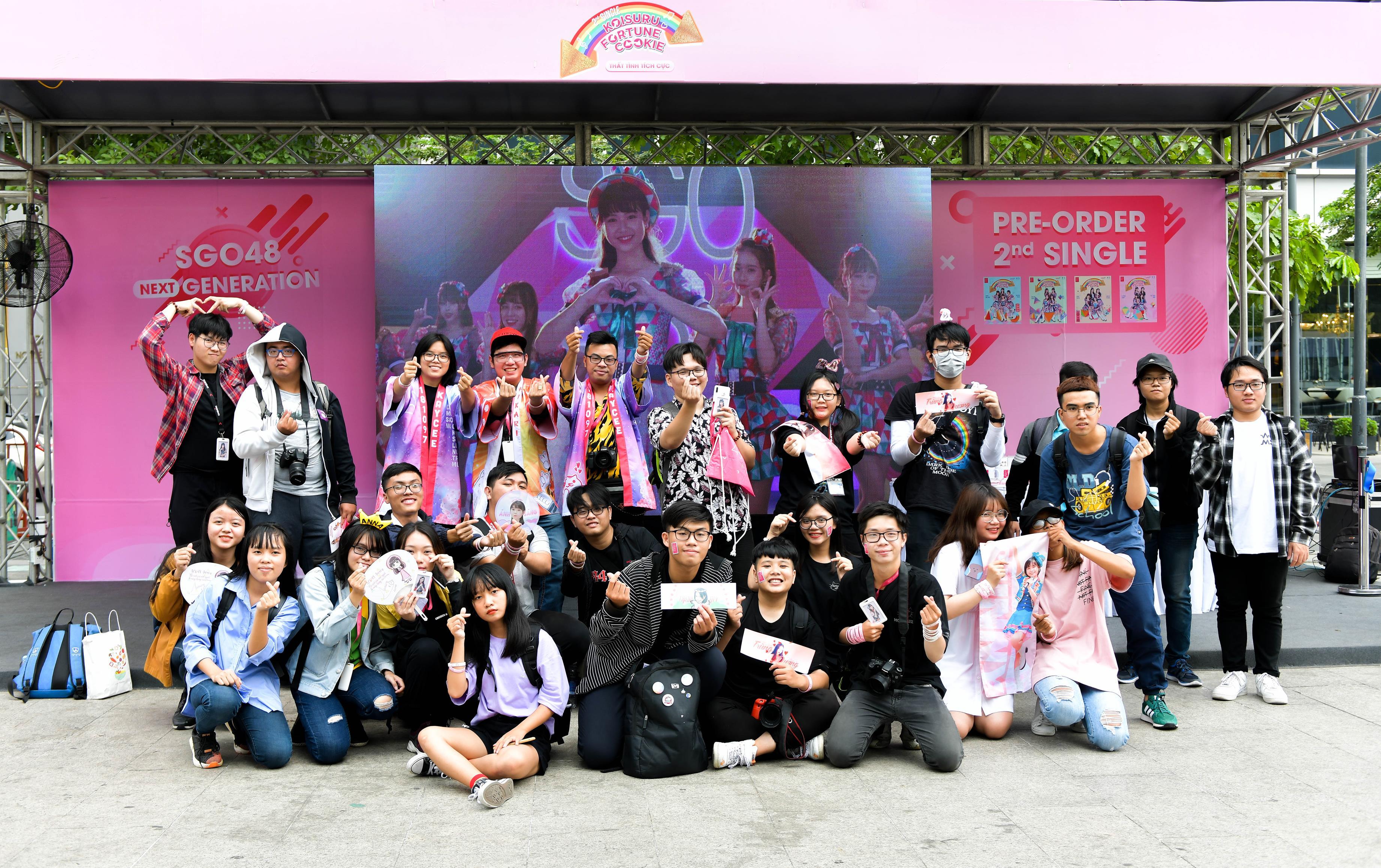 Vừa tung MV 1 ngày, SGO48 cùng fan đại náo phố đi bộ Nguyễn Huệ