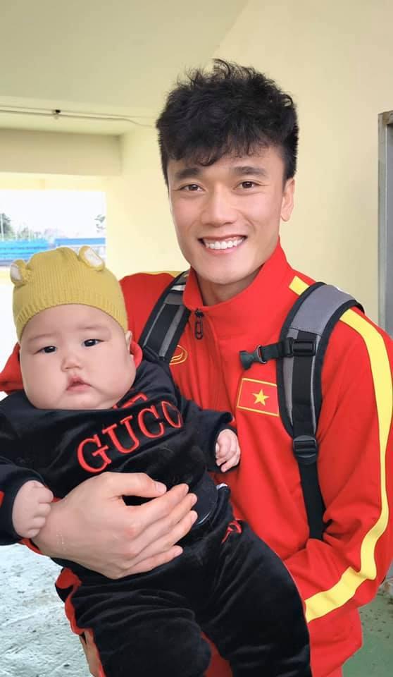 Cậu bé lai Hàn - Việt gây sốt khi được dàn cầu thủ U23 săn đón như thần tượng