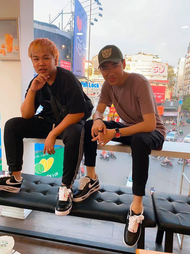 K-ICM thích thú đập hộp siêu phẩm giày hoa cúc do G-Dragon thiết kế