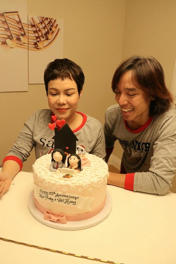 Việt Hương và chồng diện đồ đôi, hôn nhau ngọt ngào kỷ niệm 15 năm ngày cưới