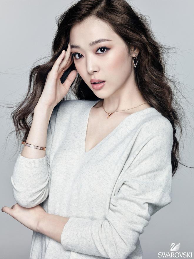 Cảm động khi Yoo Jae Suk nhắc tên Sulli và Goo Hara, dàn cast Running Man để lại kỉ vật cho cố nghệ sĩ