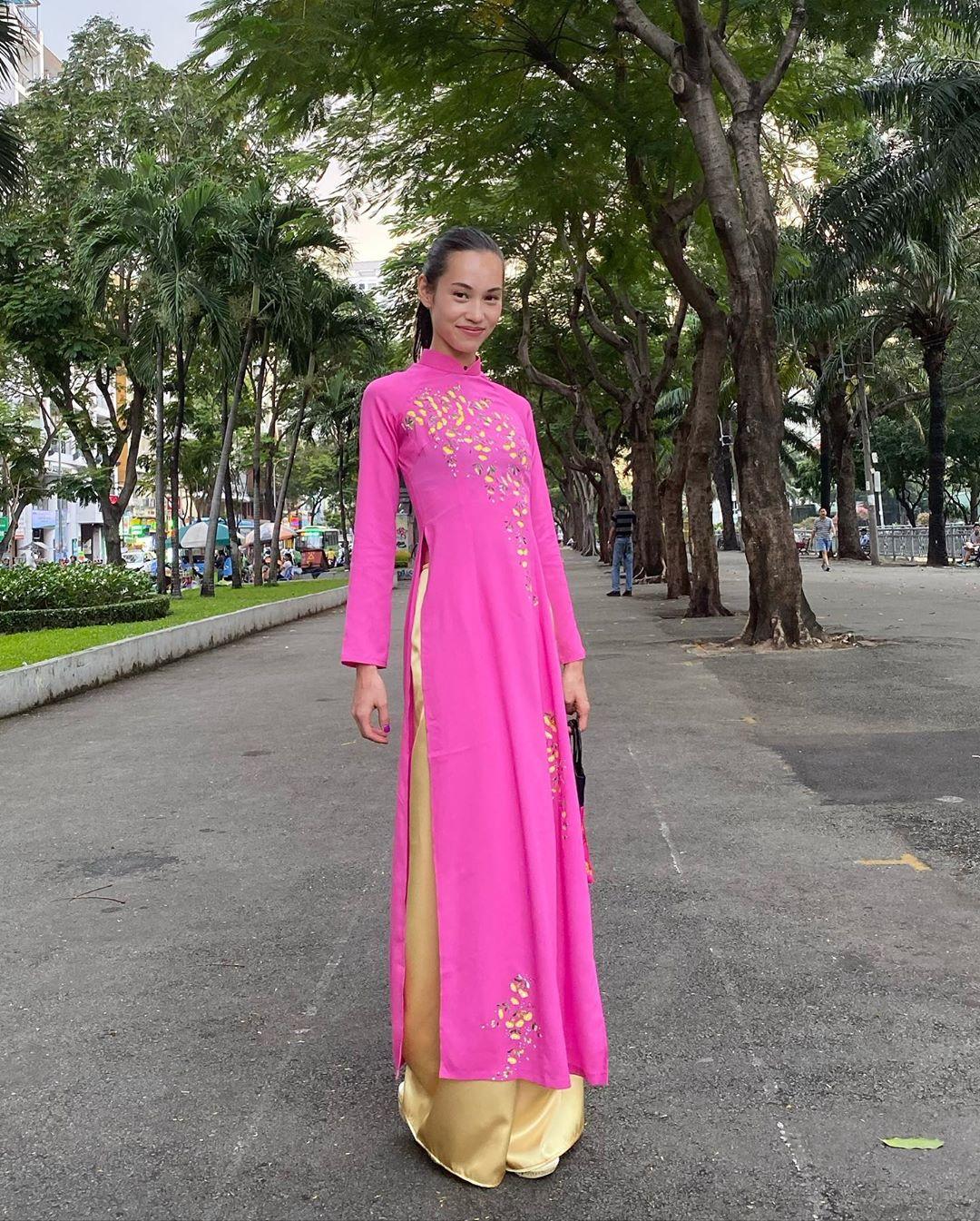 Tình cũ G-Dragon Kiko Mizuhara đến Việt Nam, diện áo dài hồng rực rỡ đi dạo phố Bùi Viện