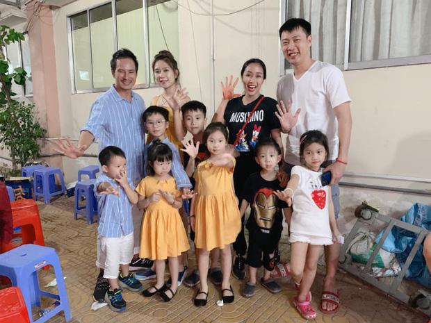 2 gia đình đông con nhất Vbiz lần đầu chung khung hình: Bố mẹ nổi tiếng bị 7 nhóc tỳ dễ thương chiếm hết spotlight