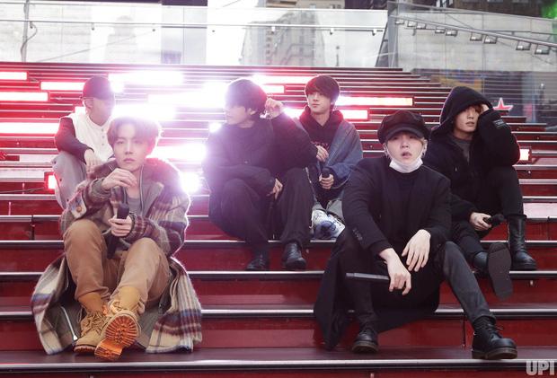Hàng nghìn người vây kín tại Quảng trường Thời Đại New York chỉ để xem BTS tổng duyệt cho show giao thừa